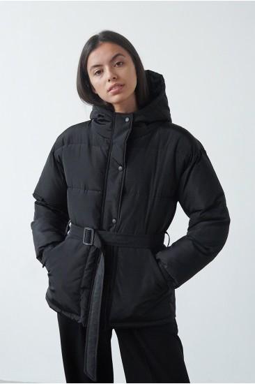 Короткая куртка на синтепоне, с поясом черная