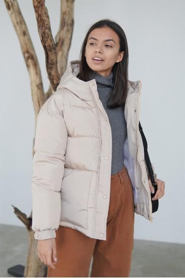 Короткая куртка на синтепоне, с поясом бежевая