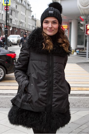 Женские пуховики с мехом ламы черного цвета