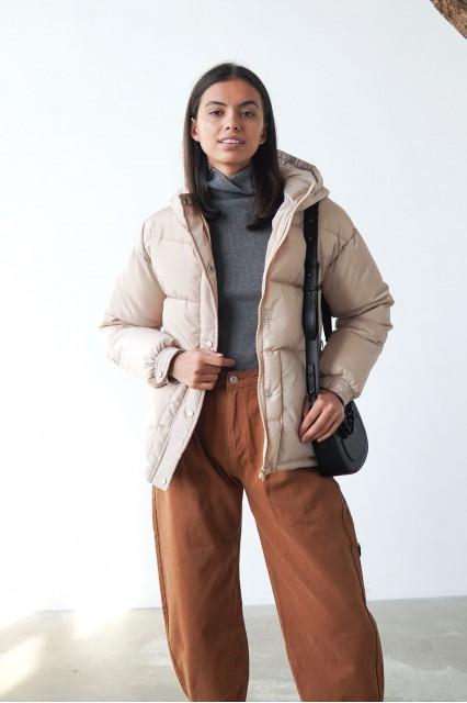 Бежевая короткая куртка на синтепоне, с поясом