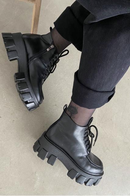 Кожаные ботинки на шнуровке черные